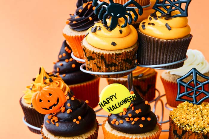 Halloweenanddesserts go hand-in-hand. So dress yourdessertsup to thisHalloween.Check out these 21+ Best Halloween Inspired cupcakes for spooky Halloween.